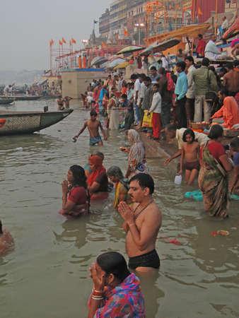 hindues: VARANASI, INDIA - 6 de NOV - hind�es realizan puja ritual en la madrugada en el r�o Ganges el 6 de noviembre de 2009, en Varanasi, India.