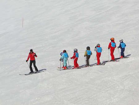 ポルト ・ デュ ・ ソレイユ、スイス - 2 月 28 日 - フランスの子供が 2010 年 2 月 28 日、クロセッツ、近くのスイス連邦共和国のスキーを学ぶ 報道画像
