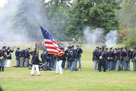 reenactor: PORT GAMBLE, WA - 20 de JUN - Uni�n de guardia de color muestra la bandera durante una batalla simulacro en 20 de Jun de 2009 en puerto Gamble Washington