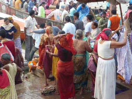Varanasi, Inde - 6 novembre - hindous effectuent puja rituel ? l'aube dans le Gange le 6 novembre 2009, ? Varanasi, en Inde. Banque d'images - 7007124