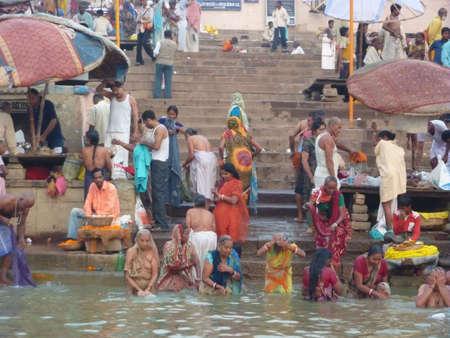 Varanasi, Inde - 6 novembre - hindous effectuent puja rituel ? l'aube dans le Gange le 6 novembre 2009, ? Varanasi, en Inde. Banque d'images - 7115148