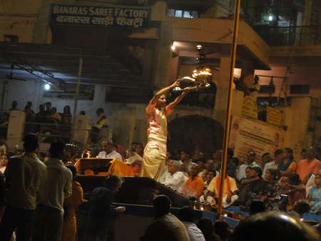 VARANASI, Indien - NOV 5 - Young Brahmanen Priester Verhalten Aarti Abend Dienst auf Ghats des Ganges, auf Nov 5, 2009, in Varanasi, Indien.                           Standard-Bild - 7137904