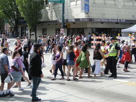 SEATTLE - 15 mai - un policier dirige le trafic à la Foire de rue U District le 15 mai 2010, à Seattle                     Banque d'images - 7278397