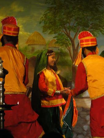 khajuraho: Bailarines indios de KHAJURAHO, INDIA - 4 de NOV - realizan una danza tradicional de Khajuraho, India, 4 de noviembre de 2009.