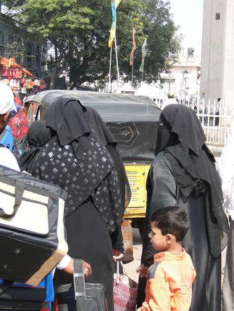 burka: HYDERABAD, INDIA - 21 NOV - velato donne musulmane negozio nel Bazar Lad Nov 21, 2009 a Hyderabad, India