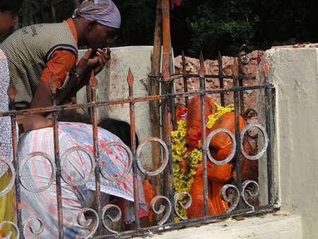 TIRUPATI, INDIA - 26 november - hindoe pelgrims bezoeken een kleine tempel voor puja op 26 november 2009, in Andhra Pradesh, India.