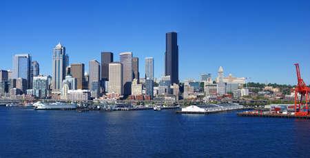 Panorama - skyline sul lungomare di Seattle, con il traghetto e cantiere gru, Puget Sound, Pacific Northwest Archivio Fotografico - 9841965