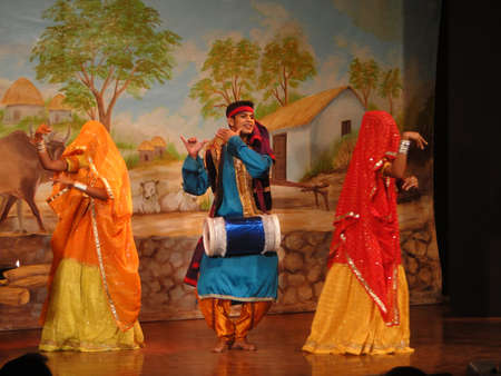 khajuraho: Bailarines indios de KHAJURAHO, INDIA - 4 de NOV - realizan un baile tradicional Khajuraho, India, 4 de noviembre de 2009.