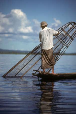 Been roeien visser en vis val op Inle Lake Birma