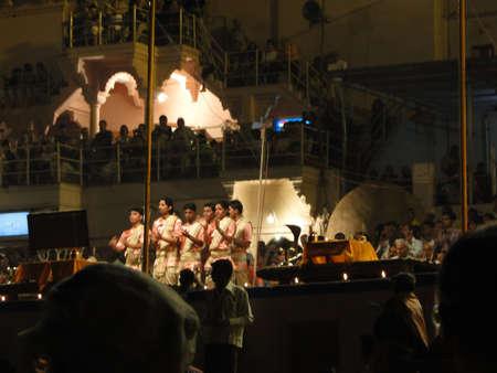 VARANASI, Indien - NOV 5 - Young Brahmanen Priester Verhalten Aarti Abend Dienst auf Ghats des Ganges, auf Nov 5, 2009, in Varanasi, Indien. Standard-Bild - 9638442