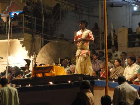VARANASI, Indien - NOV 5 - Young Brahmanen Priester Verhalten Aarti Abend Dienst auf Ghats des Ganges, auf Nov 5, 2009, in Varanasi, Indien. Standard-Bild - 9638457