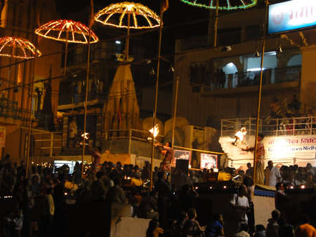 Varanasi, Indien - 5. November - Young Brahmanen-Priester leiten aarti Abend Dienst auf Ghats des Ganges, am 5. November 2009, in Varanasi, Indien. Standard-Bild - 9638445