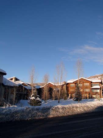Condominios de estilo occidental, con cielo azul de invierno, Steamboat Springs, Colorado                 Foto de archivo - 9802533