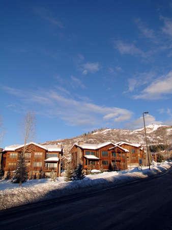 Condominios de estilo occidental, con cielo azul de invierno, Steamboat Springs, Colorado                 Foto de archivo - 9802530