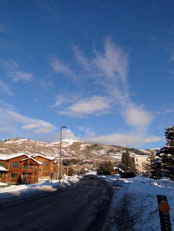 Condominios de estilo occidental, con cielo azul de invierno, Steamboat Springs, Colorado Foto de archivo - 9802523
