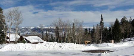sangre derramada: Panorama, la nieve del invierno en las monta�as escarpadas de la gama de Gore de las monta�as Rocosas, Colorado                   Foto de archivo