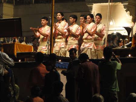 Varanasi, Indien - 5. November - Young Brahmanen-Priester leiten aarti Abend Dienst auf Ghats des Ganges, am 5. November 2009, in Varanasi, Indien. Standard-Bild - 9678077