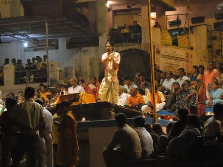 VARANASI, Indien - NOV 5 - Young Brahmanen Priester Verhalten Aarti Abend Dienst auf Ghats des Ganges, auf Nov 5, 2009, in Varanasi, Indien. Standard-Bild - 9678091