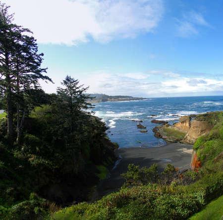デポー湾付近の岩の岬とオレゴン州の海岸に沿ってサーフィン