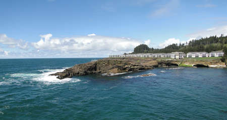 デポー ベイ近くオレゴン州の海岸沿いの岩の岬のオーシャン フロント マンション 写真素材