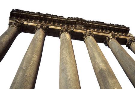 Columnas, templo de Júpiter ruinas del Imperio Romano en el Oriente Medio Baalbek, Líbano aislado en blanco. Foto de archivo - 10110392