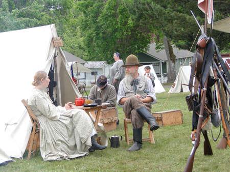 PORT Gamble, WA - JUN 20 - Een zoetelaar en zijn vrouw ontspannen bij hun tent in het Verbonden kamp tijdens een burgeroorlog Battle Re-enactment, op jun 20, 2009, in Port Gamble, WA. Redactioneel