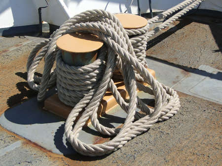 코일: 시애틀에있는 해안 경비대 커터 USCGC 경고에 앞으로 갑판에 로프의 코일