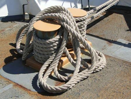 bobina: Rollos de cuerda en el puente hacia delante en el Servicio de Guardacostas de alerta de corte USCGC en Seattle Foto de archivo