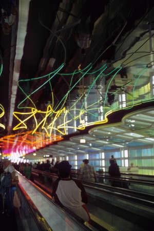 CHICAGO - 1 juni - Passagiers gebruiken de bewegende loopbrug onder neonlichten in de Connecting Tunnel, O'Hare Airport op 1 juni 1981 in Chicago.