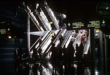 CHICAGO - JUN 1 - Passagiers gebruik maken van de bewegende loopbrug onder neonlichten in de Connecting Tunnel, O'Hare Airport op jun 1, 1981 in Chicago. Redactioneel