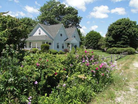 古典的なニュー イングランド ホワイトハウス、マウント デザート島、アカディア国立公園、メイン州、ニュー イングランド 報道画像