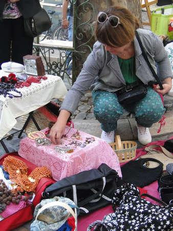 Avignon, Frankrijk - OCT 2: Klanten zoeken naar koopjes op een wekelijkse rommelmarkt op 2 oktober 2011, in Avignon, Frankrijk.