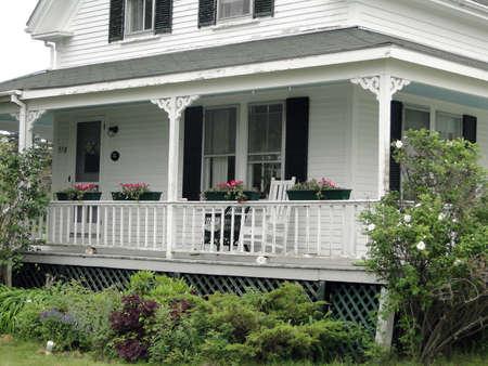 세부 사항, 마운트 사막 섬, 아카디아 국립 공원, 메인, 뉴 잉글랜드에 클래식 흰색 뉴 잉글랜드 집의 현관, 에디토리얼