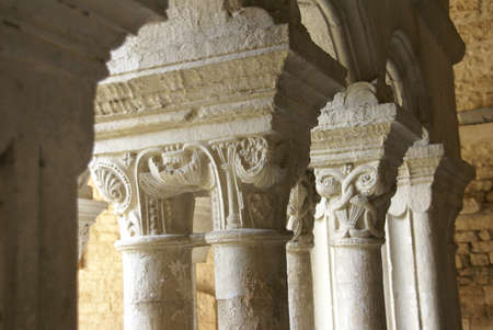 Detail, ornate Corinthian capitals  on columns in the cloister of Notre Dame de  Nazareth Cathedral, Vaison la Romaine, France   Stok Fotoğraf