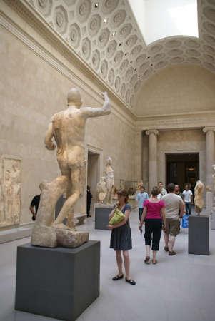 statue grecque: Jeune femme nue �tudier statue grecque, galeries romaines et grecques, Metropolitan Museum of Art, New York