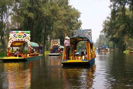 Xochimilco Mexico City 3 SEP 2008 - Boatman polariteit felgekleurde boot, Xochimilco kanalen, drijvende tuinen, Mexico City Redactioneel