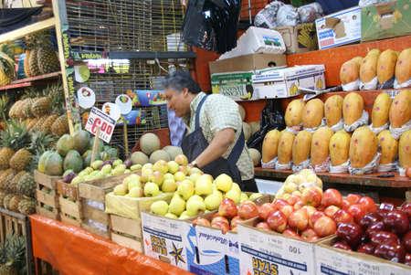 MEXICO-STAD - SEP 4, 2008 - Fruit kraam leverancier heeft de neiging zijn producten in de Merced Markt in het centrum van Mexico City.