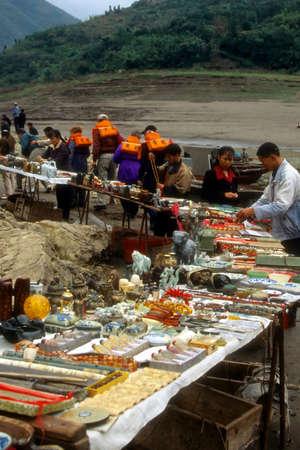 yangtze: YANGTZE RIVER, CHINA OCT 2001 - Tourists bargaining in middle of river  Yangtze River,  China