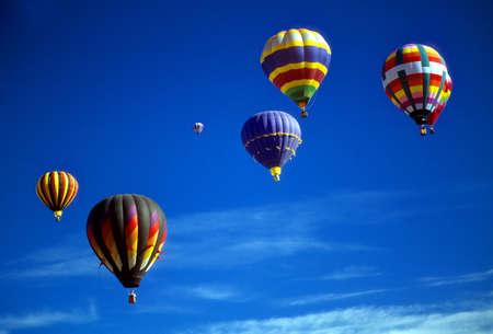푸른 하늘, 국제 풍선 축제, 앨버 커키, 뉴 멕시코 agaisnt 뜨거운 공기 풍선