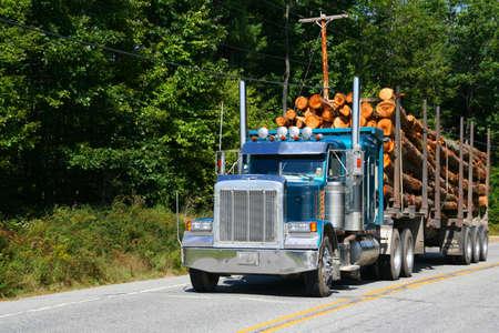 Logging truck, voertuig op snelweg in de buurt Skohegan Maine Redactioneel