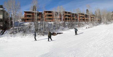 Steamboat Springs, Colorado - 30 de enero - Los esquiadores de diapositivas costosas casas adosadas últimos el 30 de enero de 2010, en Steamboat Springs, Colorado Foto de archivo - 11458203