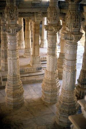 ジャイナ教寺院、ラナクプール、インド、アジアの柱のホール