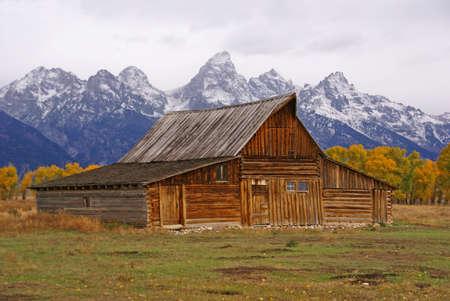 Herfst, de Grand Tetons en oude westerse bedrijfsgebouwen Mormon Row, Grand Teton National Park, Wyoming