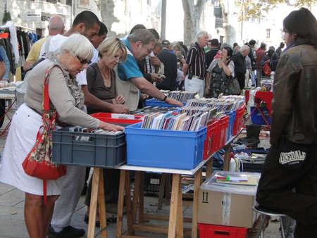tr�delmarkt: Avignon, Frankreich - 2. Oktober: Shopper Suche nach Schn�ppchen bei einer w�chentlichen Flohmarkt am 2. Oktober 2011, in Avignon, Frankreich.