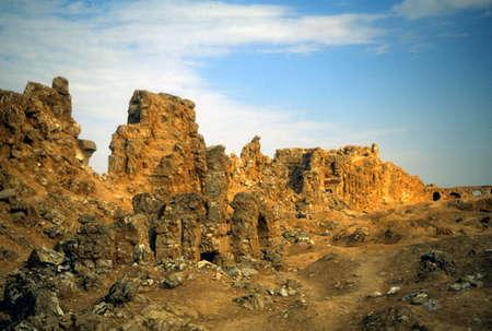 Ruïnes van stadsmuren, glanzend met gips, Rustafa, Syrië