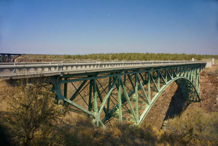 talus: Viejo puente de hierro sobre el Crooked River Canyon, Central Oregon Foto de archivo