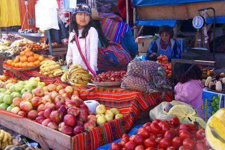 Indiase meisje verkoop van groenten, Pisac markt, Cusco, Peru, Zuid-Amerika Redactioneel