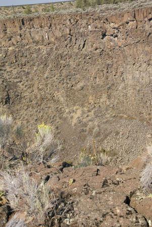 talus: Arbustos del desierto y los acantilados de basalto y el astr�galo del flujo de lava antiguo, Crooked River Canyon, Central Oregon
