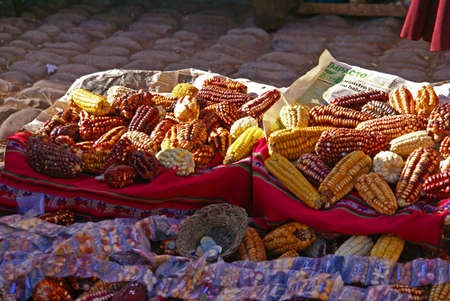 Rassen van gedroogde maïs, Pisac markt, Cusco, Peru, Zuid-Amerika