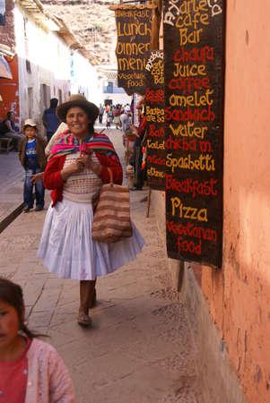 ピサク, ペルー - 2008 年 8 月 24 日 - ケチュア語インド女性と子供に近づくクスコ、ペルー、南アメリカの近くピサク市場